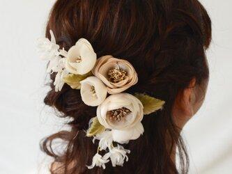 染め花・象牙色の花コーム付きコサージュの画像