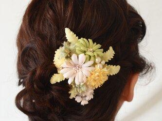 染め花・タンポポとモドキのクリップ付コサージュの画像