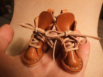 ブーツのチャーム 茶色の画像