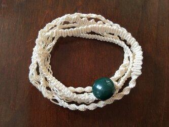 緑のボタンがかわいい鴨川糸で結んだマクラメぐるぐるブレスレットの画像