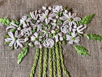 リネン 白花束 刺しゅうポーチ 受注製作の画像