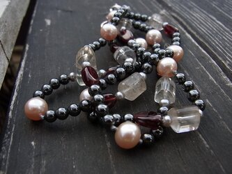 水晶とパールのネックレスの画像