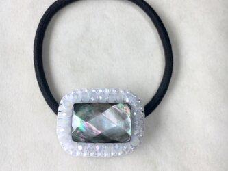 【再販2】天然石とビーズ刺繍の大人ヘアゴム 黒蝶貝ブラックシェル(白)の画像