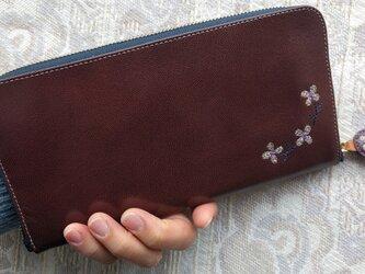 刺繍革財布『hana*hana』ラウンドファスナー型(ヤギ革)つやエンジの画像