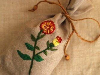 リネンにハーブ刺繍のサシェ〈マリゴールド〉の画像