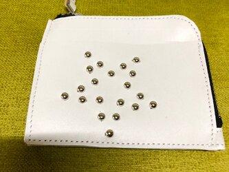 コンパクトなL字型ファスナー財布・星型スタッズ・白の画像