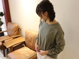 【受注生産】 ふんわりダブルガーゼのシンプルなカフス仕様のプルオーバーブラウス(カーキグレー)の画像
