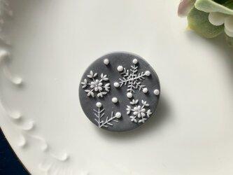 『送料無料』snowcrystal まるブローチ(グレー) / ポリマークレイの画像