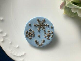 『送料無料』snowcrystal まるブローチ(ブルー) / ポリマークレイの画像