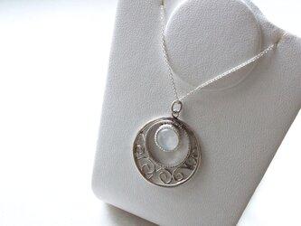 ブルームーンストーンのネックレスの画像