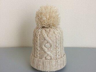 ニット帽アルパカ×ラムウールオフホワイトベージュ系ボンボン付きの画像