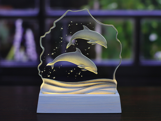 イルカのLED照明付き小さなエッチングガラス パネルオブジェの画像