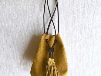 牛床ベロアのタッセル付2WAY巾着バッグ【マスタードイエロー】の画像