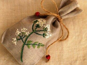 リネンにハーブの刺繍のサシェ〈チャービル〉の画像