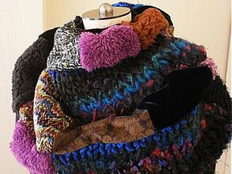 ビッグシルエット ふわふわスヌード ネックウォーマー in the blue 手編み 絵画なパッチワーク ネイビーの画像
