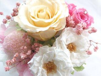 【プリザーブドフラワー/クリーム・桃色・白い薔薇の優しくみア合わせのスクエア陶器アレンジ/リボンラッピング付き】の画像