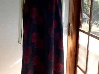 黒地に赤の模様が楽しいジャンバースカートの画像