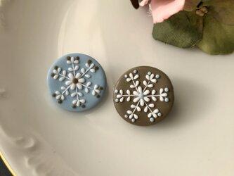 『送料無料』2個セット snowcrystal プチまるブローチ(ブルー&ベージュ) / ポリマークレイの画像