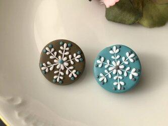 『送料無料』2個セット snowcrystal プチまるブローチ(ベージュ&ターコイズ) / ポリマークレイの画像