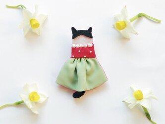 【50%オフ】夏セール●一点物【せなかねこブローチ】苺花ワンピースの猫ちゃん(フェルト・刺繍・ビーズ・ベビーキッズ・秋)の画像