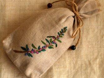 リネンにハーブの刺繍のサシェ〈ローズマリー〉の画像