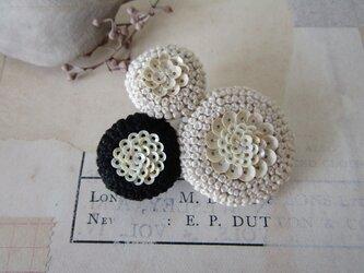 trois「monotone2」手刺繍ブローチの画像