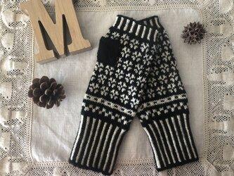 【手編み】編み込み模様のハンドウォーマー(黒/生成り)の画像