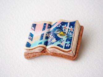 絵本みたいな陶土のブローチ《桜シジュウカラ》の画像