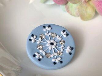 『送料無料』snowcrystal まるブローチ(スワロ付・ブルー) / ポリマークレイの画像