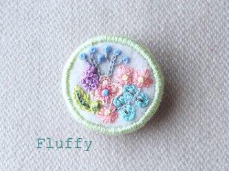 お花畑の刺繍ブローチの画像