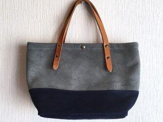 牛床ベロアと極厚オイルヌメの切り替えトートバッグ【ブルーグレー×ネイビー】の画像