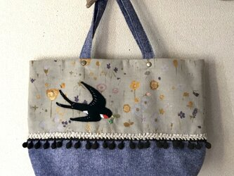 トートバッグ【物語のある風景】〜お花畑を眺めながら舞うツバメさん〜の画像