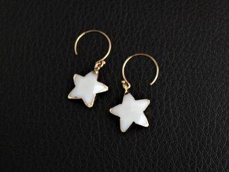 ホワイトオニキスの星ピアスの画像