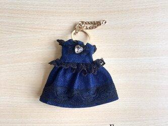 大人可愛い!デニムドレスのバッグチャームの画像