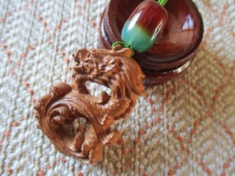 最大・最強を示す皇帝龍彫り:花梨木 吉祥俵型孔雀瑪瑙 お紐仕立てストラップの画像