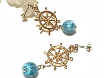 褒められマリンスタイル♪舵輪モチーフと水色ストライプの巻玉が揺れるピアス ポストタイプの画像