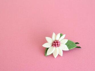 オフホワイトxピンク*フェルトのお花ブローチの画像