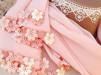 【受注製作】レースの花付き シフォンストール「マリー/2辺」コーラル・ピンクの画像