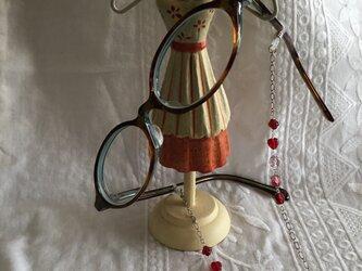 赤いハートと色々な赤のチェコビーズのメガネチェーンの画像
