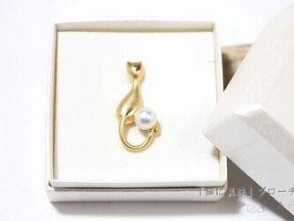「猫に真珠」ブローチの画像