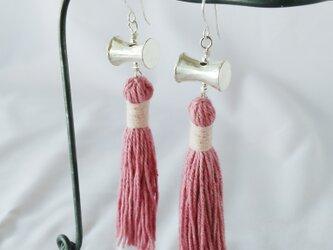 セール価格!カレンシルバー&草木染めタッセルのピアス ピンク(タイの草木染め綿糸)の画像