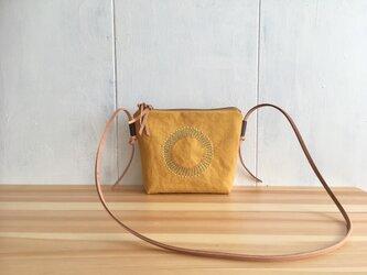 黄色のショルダーバッグの画像