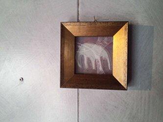 ガラス絵(白い生き物:ラベンダー)の画像