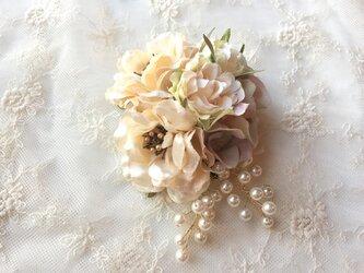 上品なベージュローズのコサージュ(ビーズ付) *卒業式*入学式*結婚式の画像