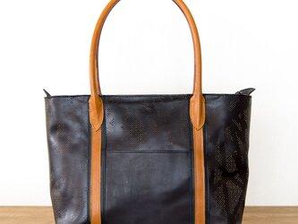 ヌメ・牛革製 / オリジナル柄のパンチング/レザートートバッグ/ 黒とキャメルの画像