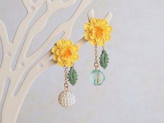 たんぽぽと春風のイヤリング *つまみ細工*の画像
