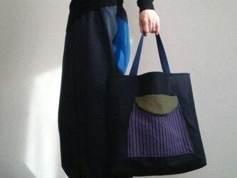 ポケットの可愛い大きめ光沢漆黒トートバッグの画像