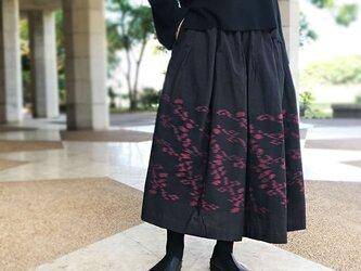 手織りコットンギャザーロングスカート、黒赤絣織り、フリーサイズの画像