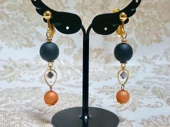 ブラックウッドビーズとオレンジビーズのイヤリング 〔300〕の画像