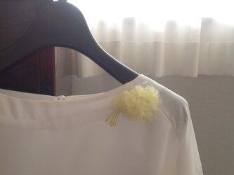 パステルイエローの ちいさいちいさい 花束のコサージュの画像